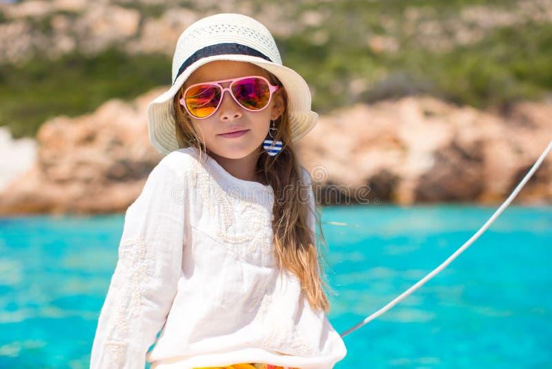 享受航行在小船的小女孩公开 免版税库存图片