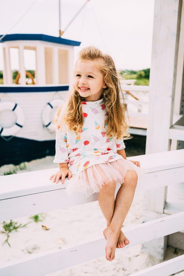 享受航行在豪华游艇的Smailing小女孩 免版税库存照片