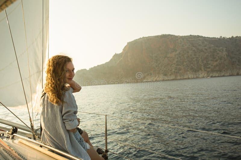 享受航行的年轻白肤金发的妇女 免版税库存图片
