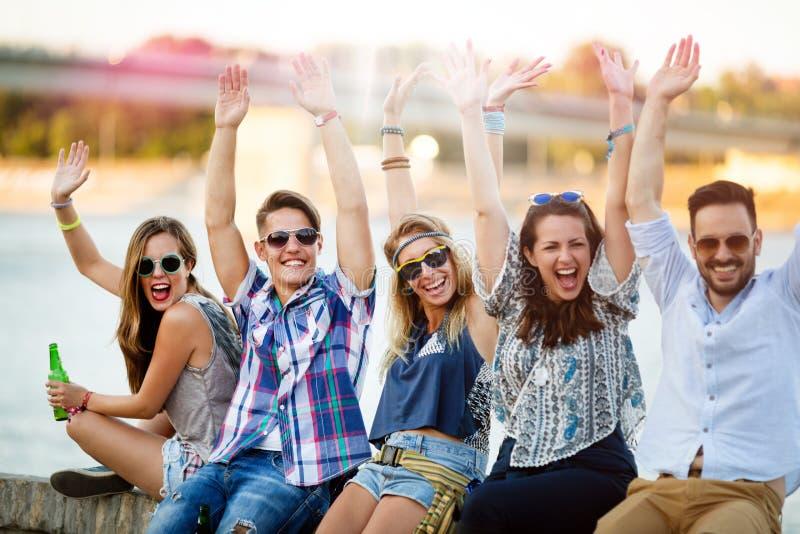 享受节日的愉快的小组年轻人 免版税图库摄影