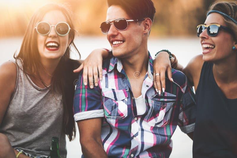 享受节日的愉快的小组年轻人 免版税库存图片