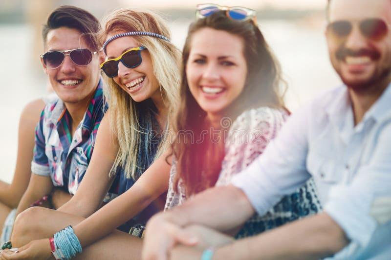 享受节日的愉快的小组年轻人 库存照片