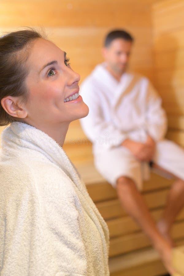 享受蒸汽浴的愉快的夫妇 免版税图库摄影