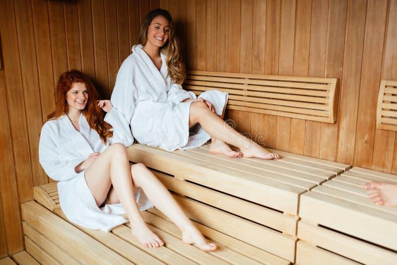 享受蒸汽浴治疗的美丽的妇女 免版税库存照片