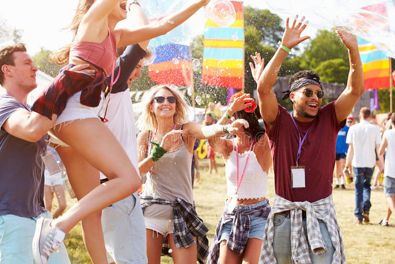 享受表现的朋友在音乐节 免版税库存照片