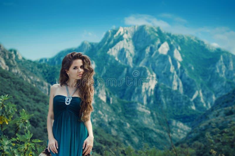 享受谷在山landsc的美丽的女孩视图自然 免版税库存照片