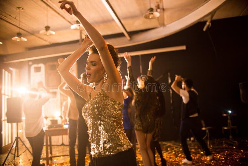 享受跳舞在俱乐部的少妇 库存图片