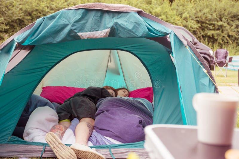 享受野营在帐篷里面 免版税库存图片