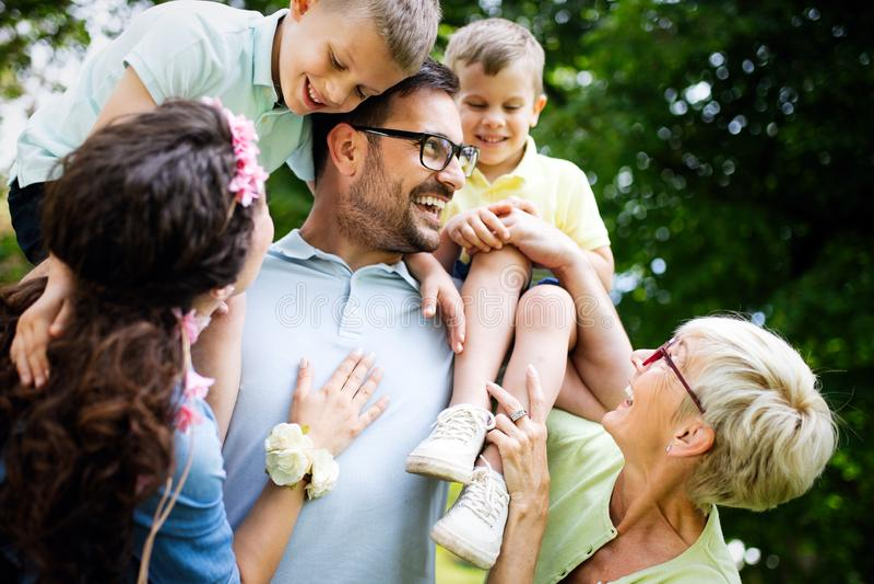 享受野餐的多一代家庭在公园 库存照片
