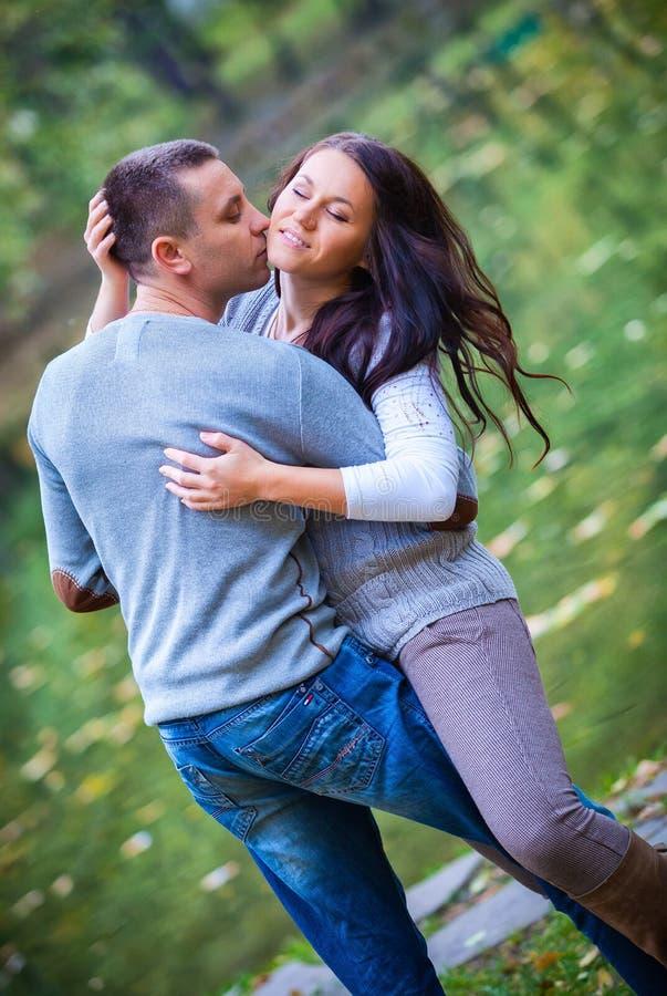 享受金黄秋天秋季的夫妇 库存照片