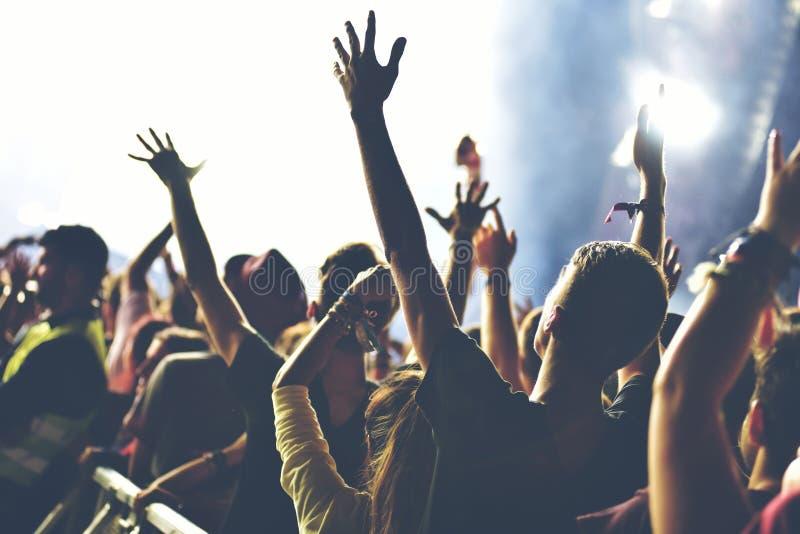 享受音乐会的人群背面图 库存照片