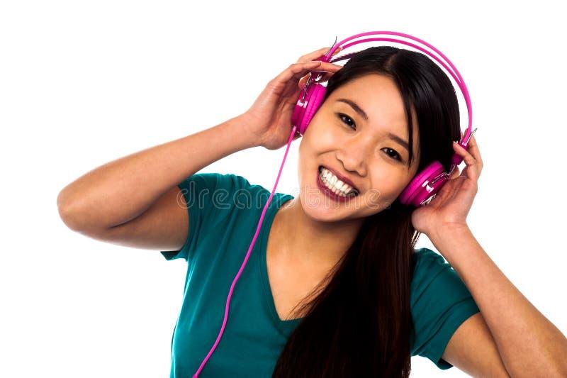 享受音乐的可爱的女孩 免版税库存照片