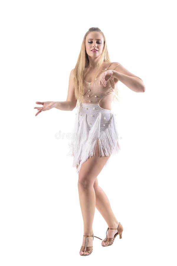 享受音乐的热情的妇女舞蹈家温文地移动与闭合的眼睛 免版税图库摄影