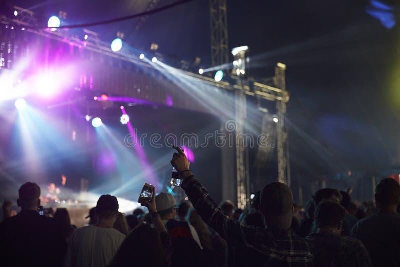 享受音乐节的观众背面图 库存图片