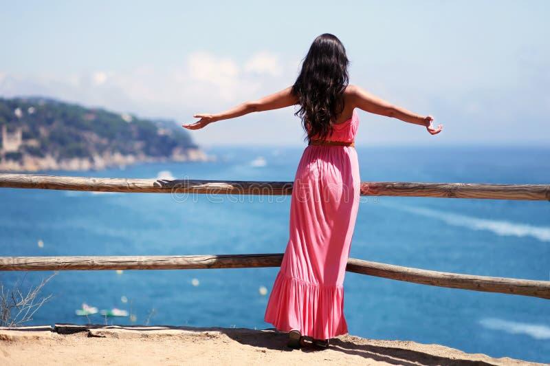 享受风景的自由的妇女 免版税库存图片