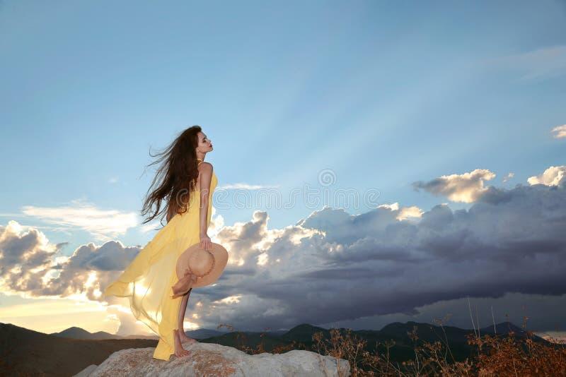 享受 享受日落的自由的愉快的妇女 在Sk的秀丽女孩 免版税库存照片