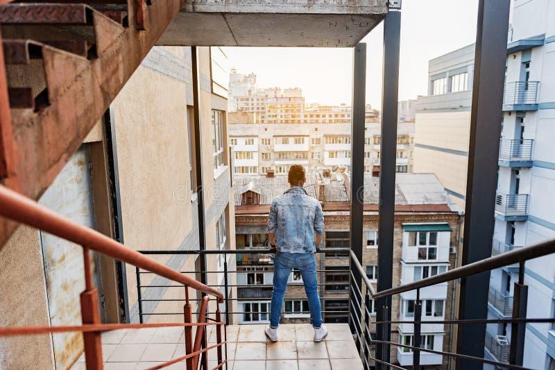 享受从台阶的沉思人城市视图 免版税图库摄影