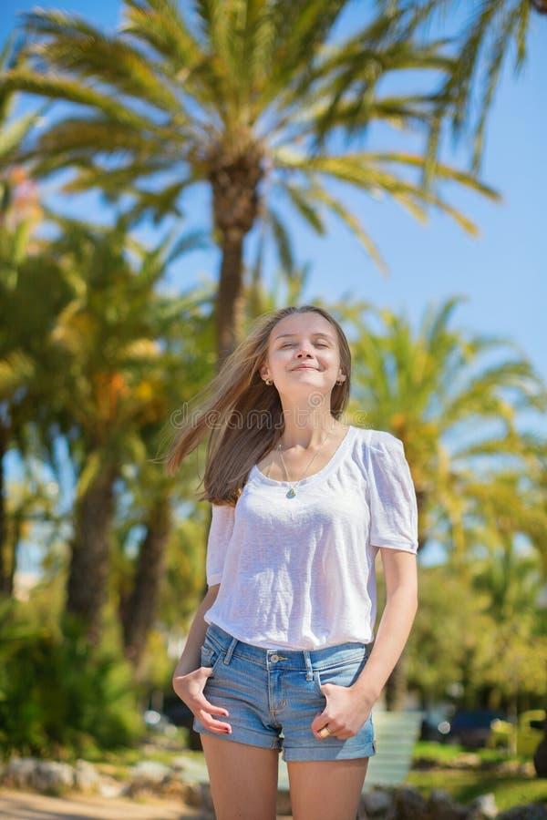 享受晴天的年轻美丽的女孩在戛纳 免版税库存照片