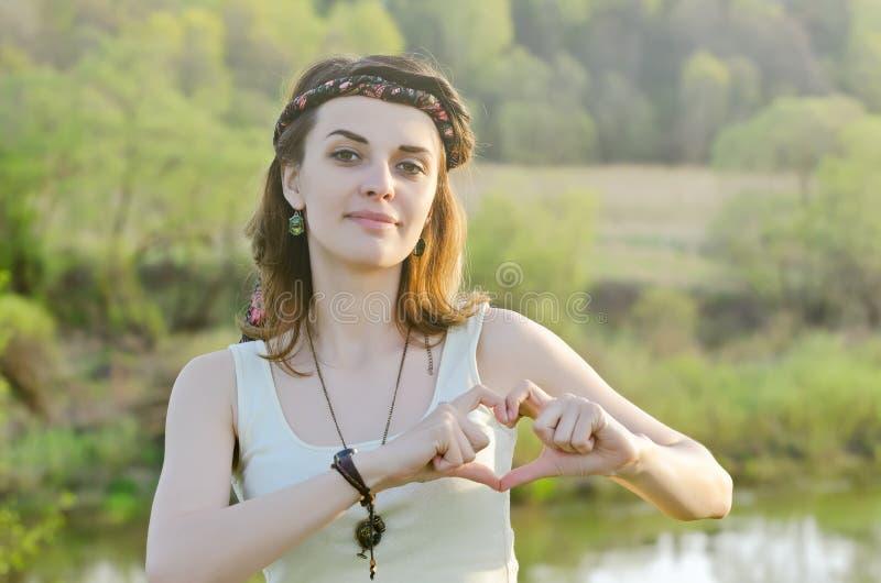 享受 室外秀丽的女孩 自由c 免版税库存照片