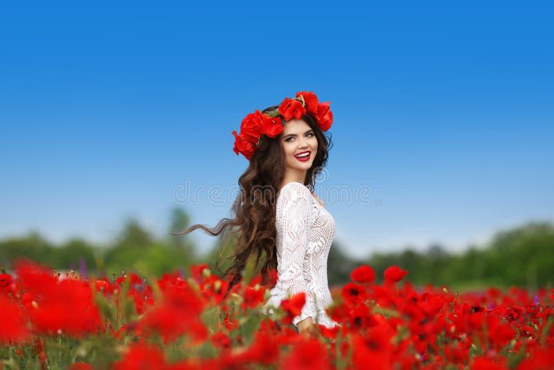 享受 有长的健康h的美丽的无忧无虑的深色的妇女 免版税库存照片