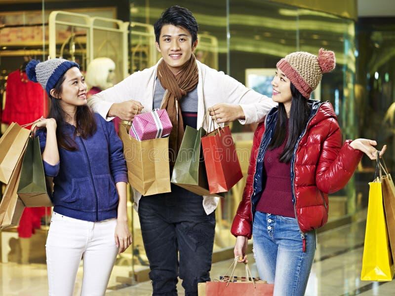 享受购物在购物中心的年轻亚裔人民 库存图片