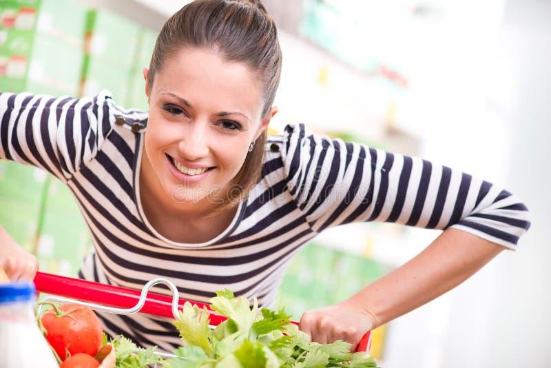 享受购物的妇女在超级市场 库存图片