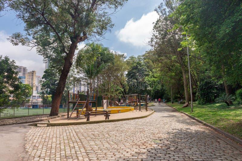享受他们的休闲的人们在Aclimacao公园走 库存照片