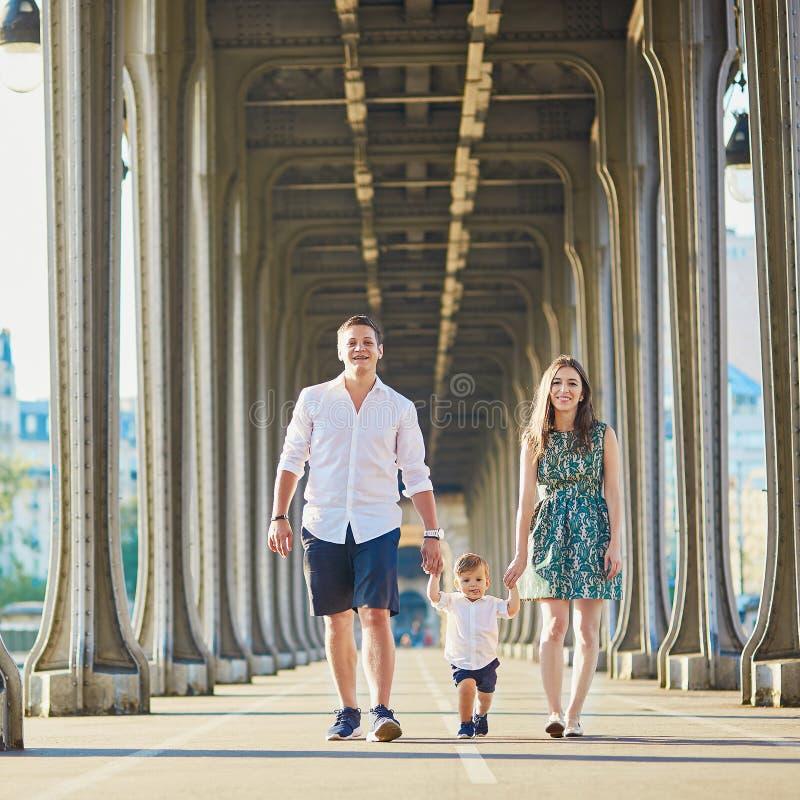 享受他们的假期的愉快的三口之家在巴黎 库存照片