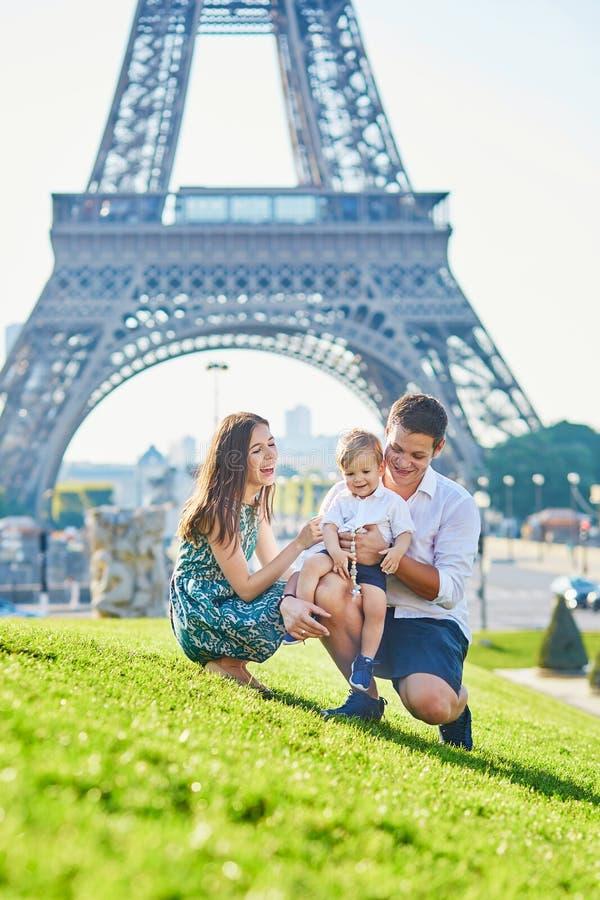 享受他们的假期的愉快的家庭在巴黎,法国 库存照片