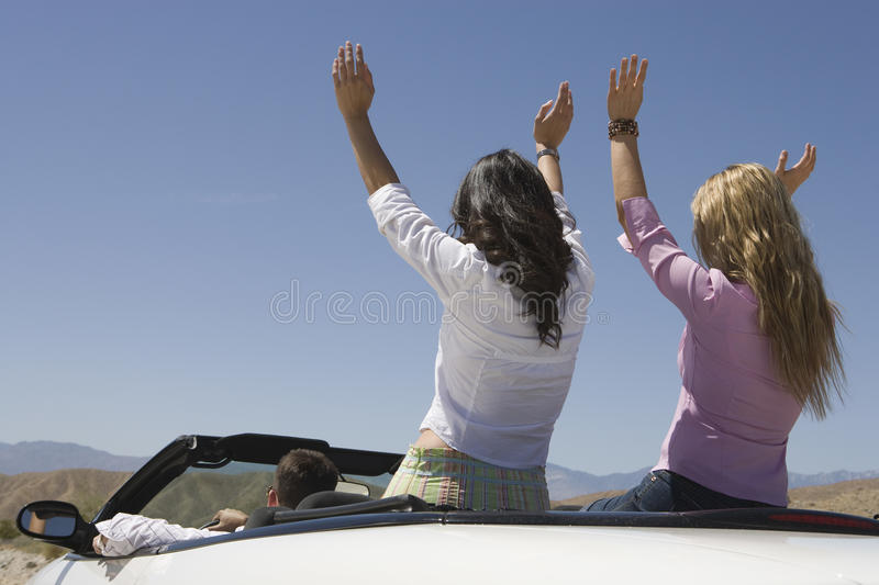 享受他们的在汽车的朋友旅途 免版税库存照片