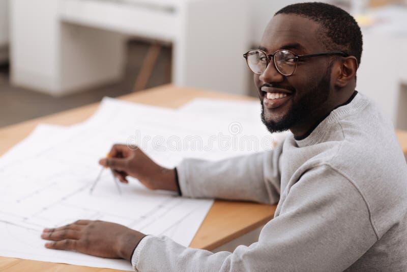 享受他的工作的快乐的正面建筑师 免版税库存照片