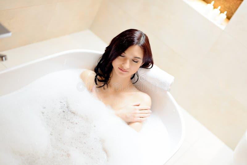 享受浴的深色的妇女 库存照片