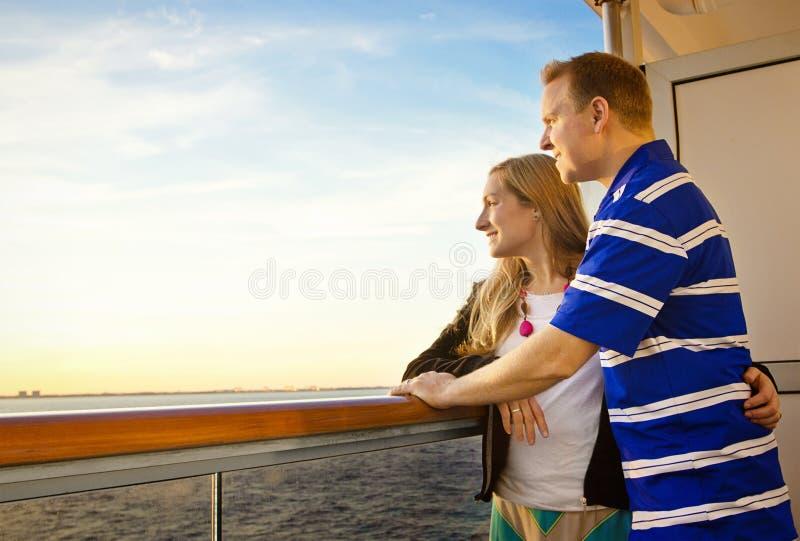 享受一个巡航假期的夫妇 免版税库存图片