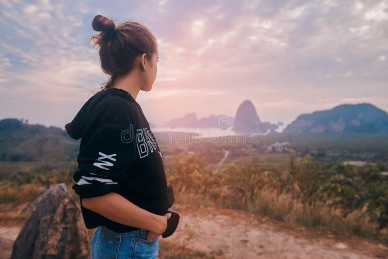 享受Ao Phang Nga国立公园的令人敬畏的看法年轻女人的背面图 免版税库存图片