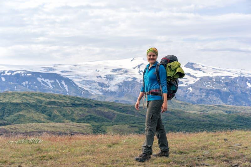 享受Eyjafjallajökull的风景看法女性远足者 免版税库存图片