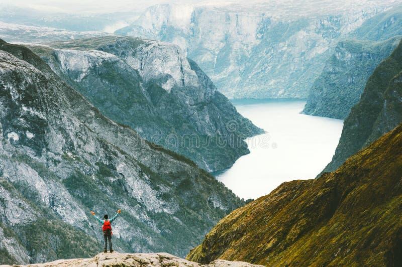 享受Naeroyfjord山风景的旅行的人 免版税图库摄影