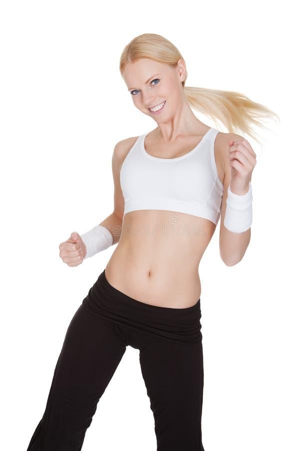 享受Zumba健身的美丽的妇女 免版税库存图片
