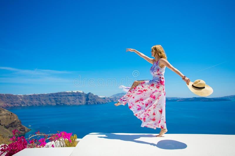 享有生活的自由的愉快的妇女在夏天 免版税库存照片