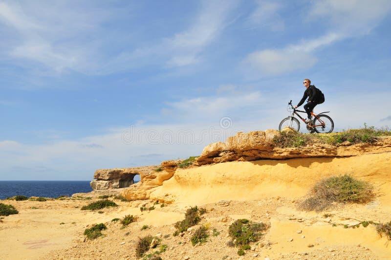 享有生活的自行车骑士 库存照片