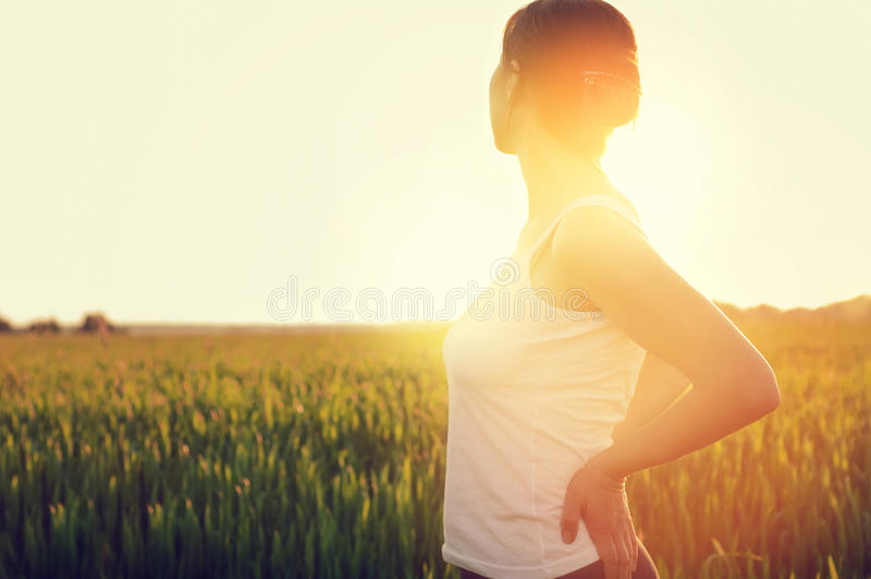 享有生活的年轻,健康妇女 图库摄影
