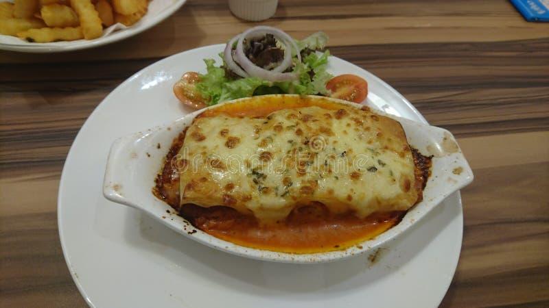 享用一个美味的意大利样式烤宽面条 库存图片