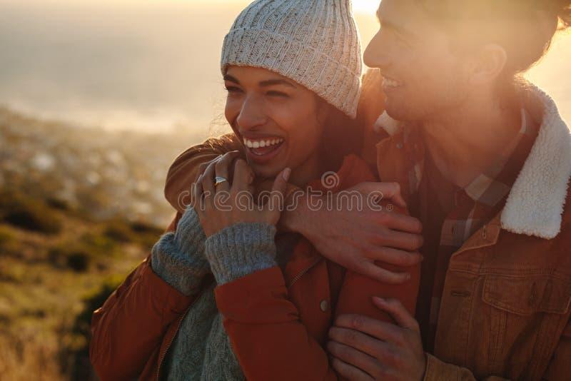 享用一寒假的爱的夫妇 免版税库存图片