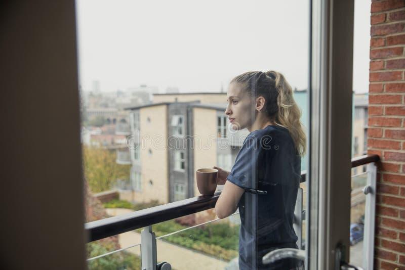享用一杯茶在阳台的 库存照片