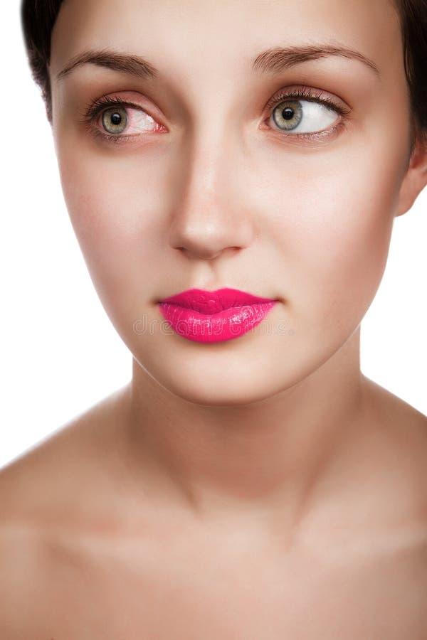 享用与在眼睛的干净的健康皮肤和权利红色血管的美丽的快乐的少年女孩的秀丽面孔 库存图片