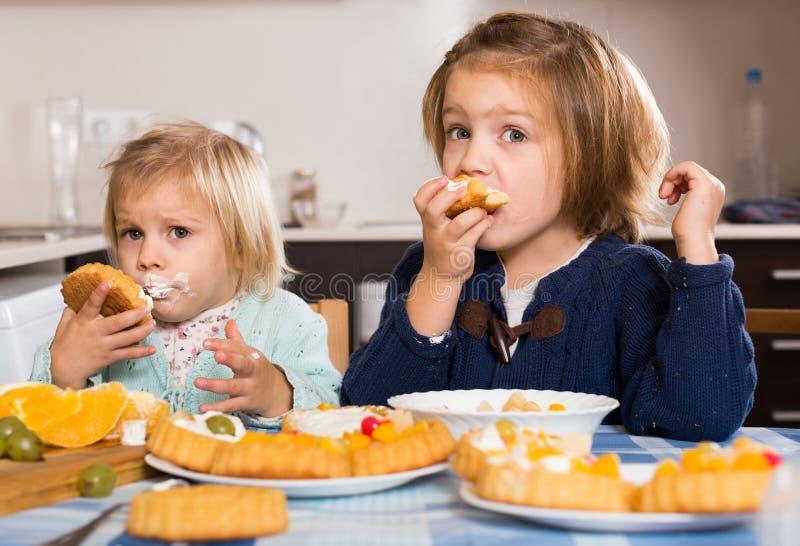 Download 享用与奶油的两个小女孩酥皮点心 库存图片. 图片 包括有 童年, 许多, 白种人, 庆祝, 偶然, 孩子 - 59101751