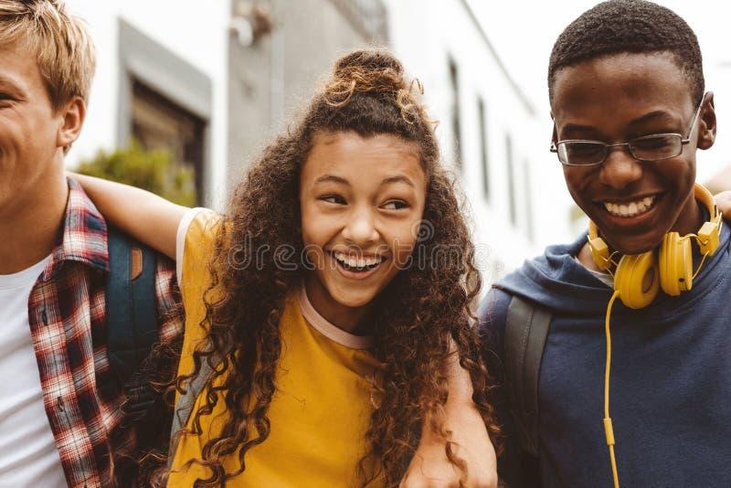 享用与朋友的快乐的十几岁的女孩 免版税库存图片