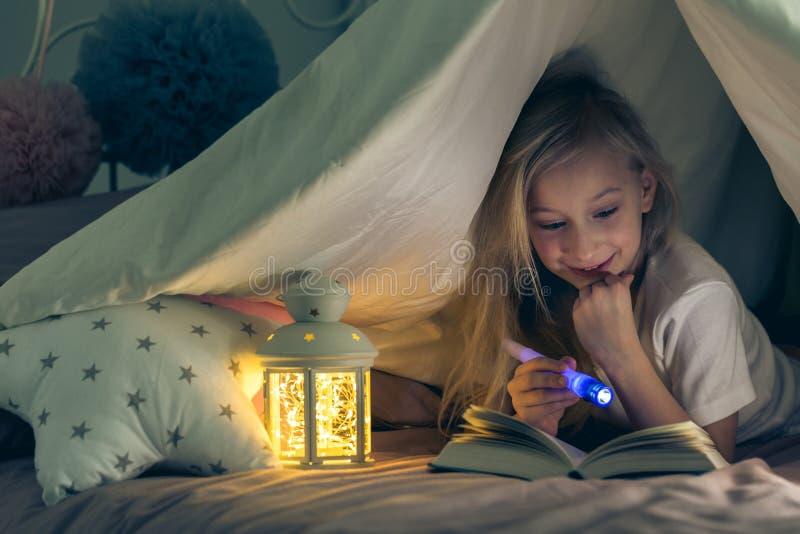 享用书的女孩 免版税库存图片