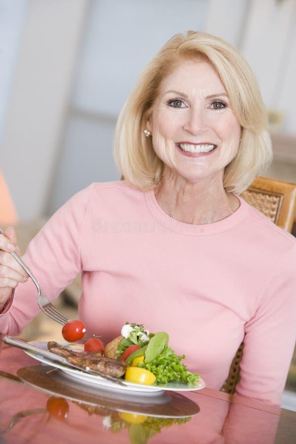 享用健康膳食进餐时间妇女 免版税库存照片