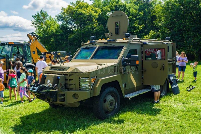 享用军用硬件的家庭在每年接触卡车 免版税库存图片