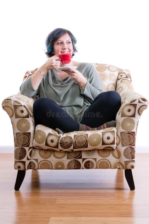 享用单独咖啡的中年妇女 免版税图库摄影